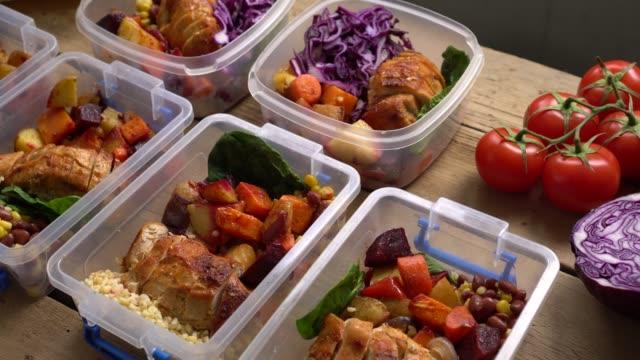 vídeos de stock, filmes e b-roll de preparando refeições pela frente. recipientes de controle de porções de almoço. almoços saudáveis de refeições saudáveis do fim de semana - almoço