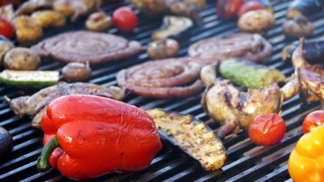 förbereder kött och grönsaker på grillen. slow motion - empty plate bildbanksvideor och videomaterial från bakom kulisserna