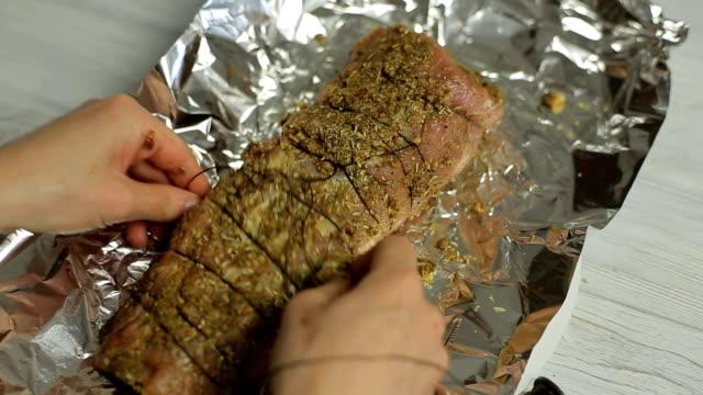 preparazione di carne per griglia - filetto video stock e b–roll
