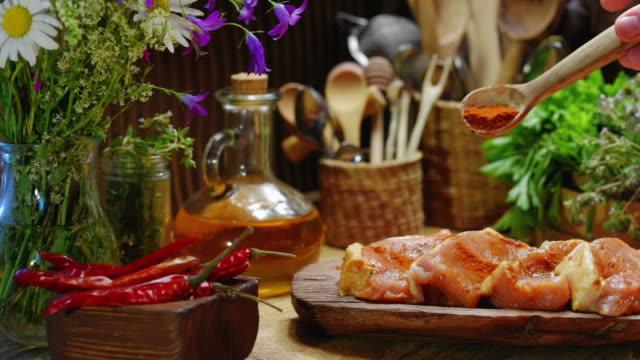 förbereda kött för grillning - marinad bildbanksvideor och videomaterial från bakom kulisserna