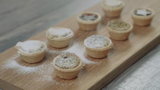 förbereda köttfärs paj för julfest i köket - christmas decorations bildbanksvideor och videomaterial från bakom kulisserna