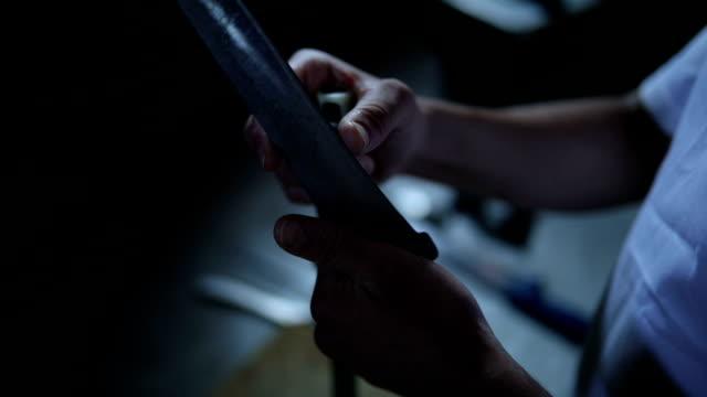 vídeos y material grabado en eventos de stock de preparando mi cuchillo - cuchillo cubertería