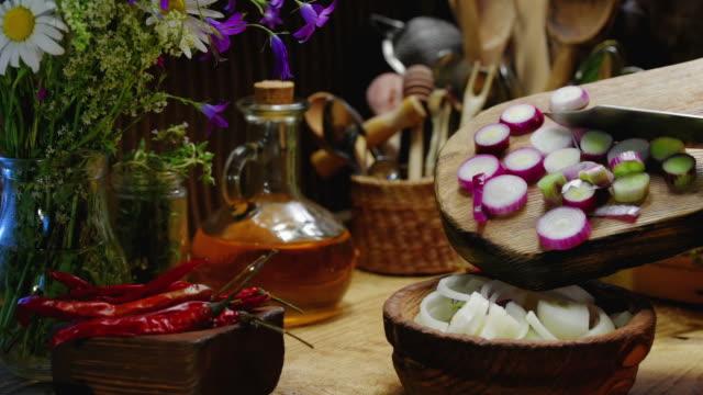 vídeos de stock e filmes b-roll de preparing onions for grilling - swiss army knife