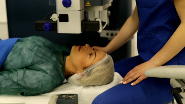 Preparing patient for laser eye surgery - vídeo