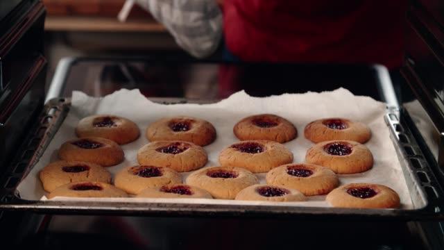 erdnussbutter-plätzchen mit marmelade in der heimischen küche vorbereiten - selbstgemacht stock-videos und b-roll-filmmaterial