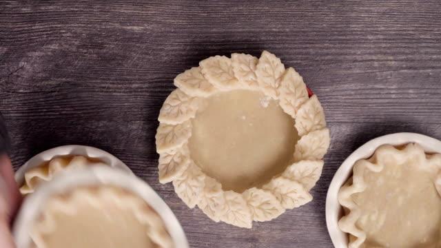 為迷你南瓜餡餅準備餡餅殼。 - pumpkin pie 個影片檔及 b 捲影像