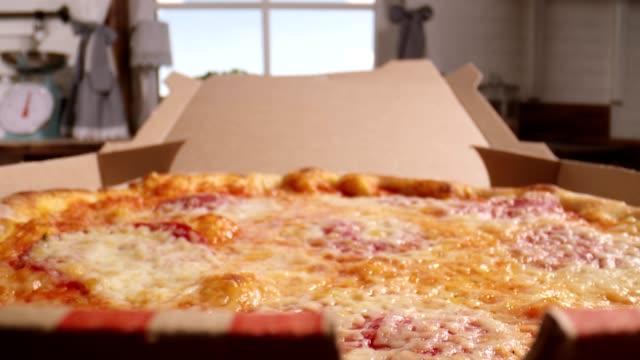 preparare la pizza con prosciutto prosciutto e basilico fresco in cucina domestica - pizza video stock e b–roll