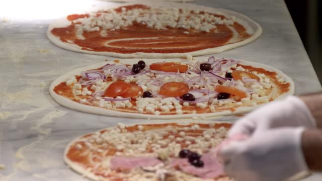 Zubereitung von Pizzas in einem Restaurant – Video