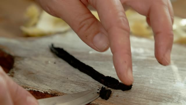 vidéos et rushes de préparation des poires pochées au sirop de citron vanille glacé avec chocolat noir - vanille
