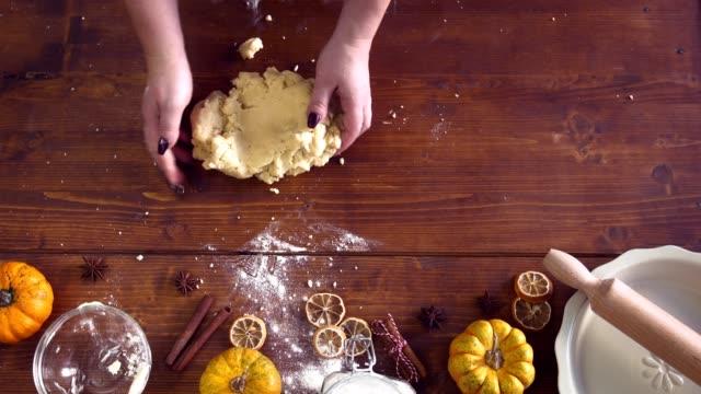 為在家度假準備南瓜派 - pumpkin pie 個影片檔及 b 捲影像
