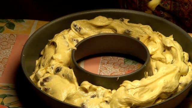 vídeos de stock e filmes b-roll de preparar para cozinhar bolo de passas, close-up de três - teobroma