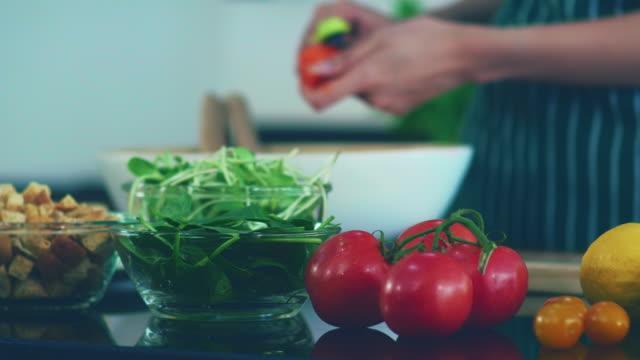vídeos de stock, filmes e b-roll de preparando salada na cozinha, comida saudável - vegetarian meal