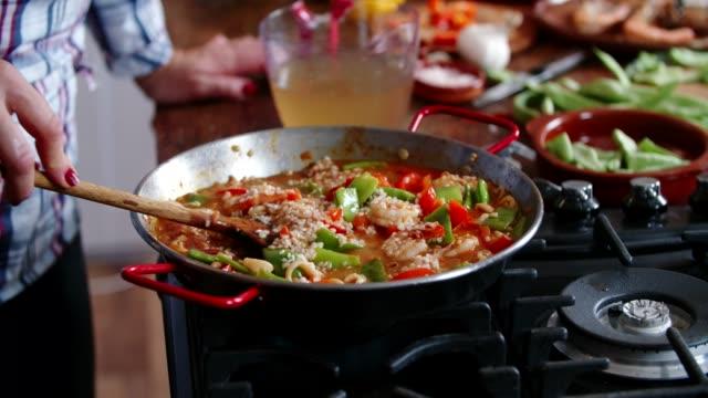Préparation Paella de fruits de mer avec crevettes, calmars, moules, haricots verts et Paprika - Vidéo
