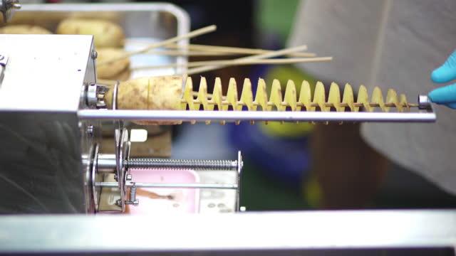 vídeos de stock, filmes e b-roll de preparando a batata espiral por máquina, comida de rua - tailândia - vegetarian meal