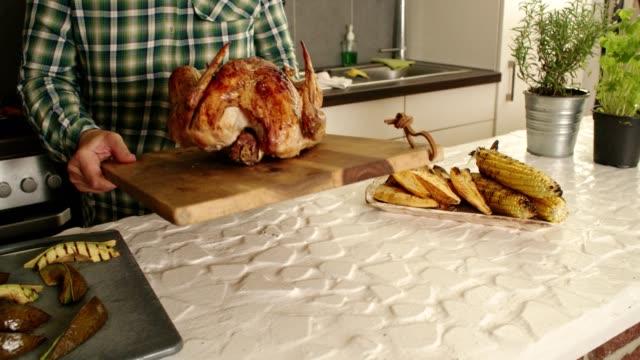 przygotowanie nadziewane turcji na kolację dziękczynienia - indyk pieczony filmów i materiałów b-roll