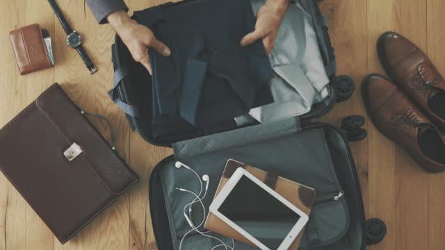 stockvideo's en b-roll-footage met voorbereiding van de koffer concept - ingepakt
