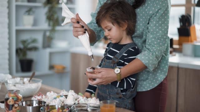 zubereitung von süßigkeiten für geburtstagsfeier - zuckerguss stock-videos und b-roll-filmmaterial