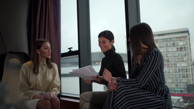 stockvideo's en b-roll-footage met voorbereiden van de volgende vergadering - raam bezoek