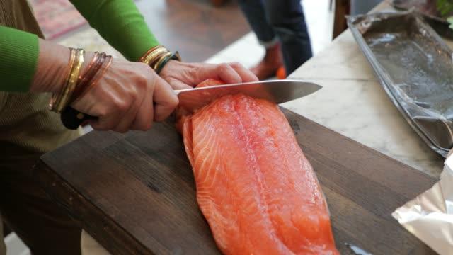preparing the salmon - filetto video stock e b–roll