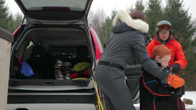 stockvideo's en b-roll-footage met voorbereiden om te ski met haar dochter - family winter holiday