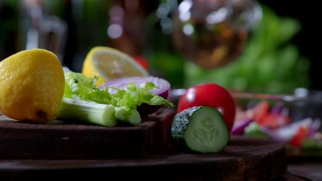 토마토와 오이 샐러드 준비 - 식초 스톡 비디오 및 b-롤 화면