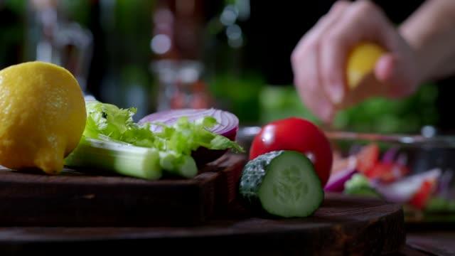 preparing tomato and cucumber salad - лимонный сок стоковые видео и кадры b-roll