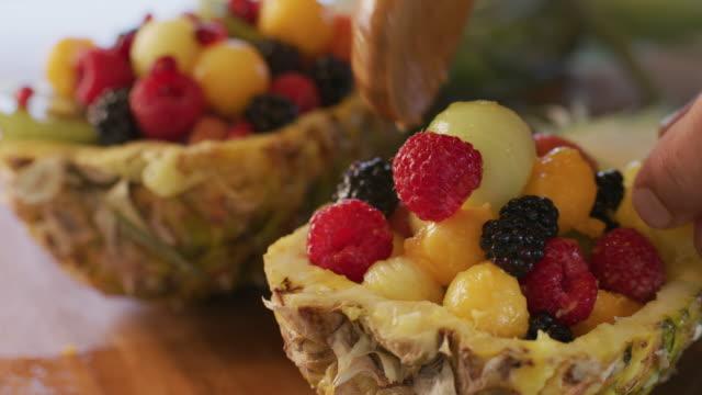 preparing tropical fruit salad - mestiere nella ristorazione video stock e b–roll