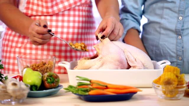 vídeos de stock, filmes e b-roll de preparação da turquia para jantar de ação de graças - cru
