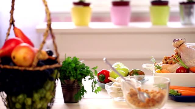 przygotowania turcji do święto dziękczynienia obiad - indyk pieczony filmów i materiałów b-roll