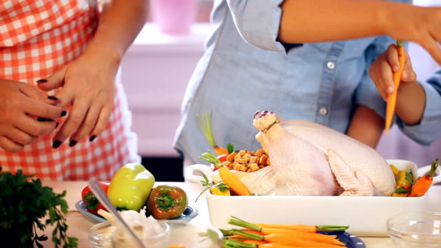 La preparación de Turquía para celebrar el Día de Acción de gracias - vídeo