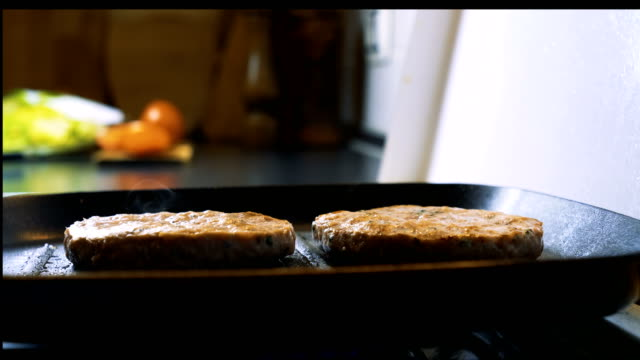 vídeos y material grabado en eventos de stock de preparación de hamburguesas veganas - vegana