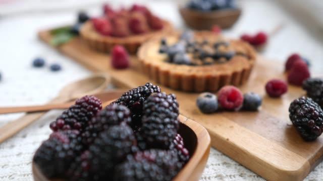 tillagning av vegankakor med bär. hälsosamma alternativ sockerfria desserter. - vaniljsås bildbanksvideor och videomaterial från bakom kulisserna