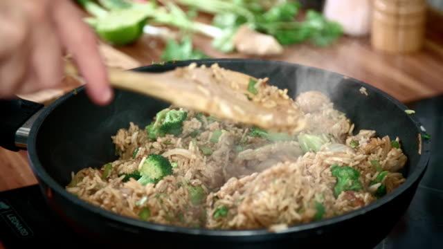 preparazione di verdure in un wok e pollo con nasi goreng - broccolo video stock e b–roll