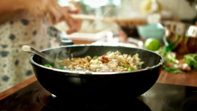 vídeos y material grabado en eventos de stock de preparación de verduras, pollo y en un wok para nasi goreng - pak choy