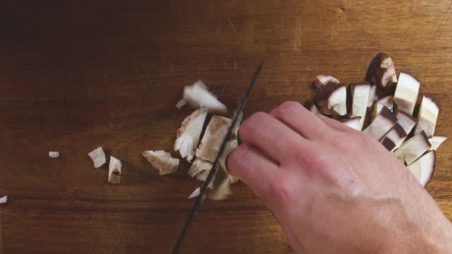 wilde pilze vorbereiten, kochen - speisepilz pilz stock-videos und b-roll-filmmaterial
