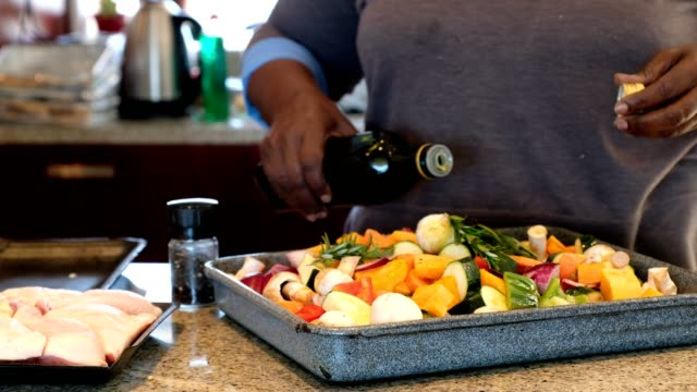 vídeos de stock e filmes b-roll de preparring the vegetables for the oven - cooker happy