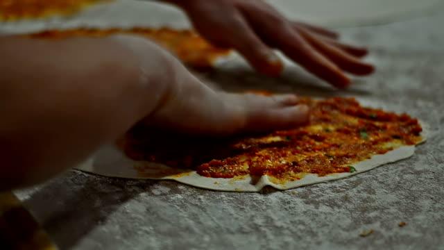 pizza o nazwie lahmacun prepearing turecki - chleb pita filmów i materiałów b-roll