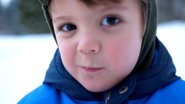 förskola pojke gör grimas - snow kids bildbanksvideor och videomaterial från bakom kulisserna
