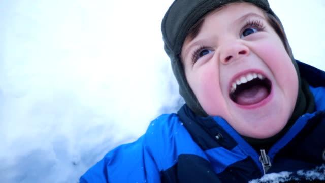förskola pojke leker i snön - snow kids bildbanksvideor och videomaterial från bakom kulisserna