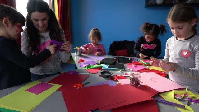 vidéos et rushes de préscolaire étudiant papier craft petits héros d'apprentissage - enfant d'âge pré scolaire