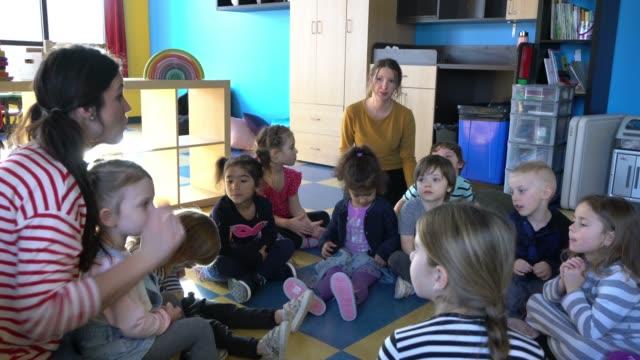就学前の学生ペーパークラフトリトルヒーロー学習 - 託児施設点の映像素材/bロール