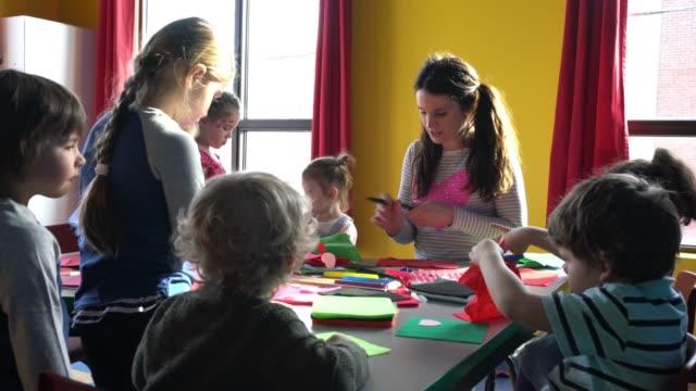 stockvideo's en b-roll-footage met preschool student papier ambachtelijke little heroes leren - peuterklasleeftijd