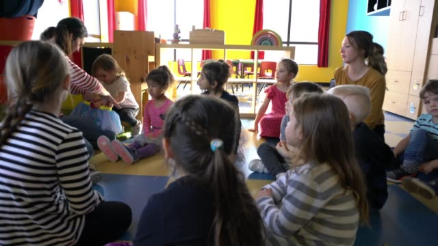 förskola student paper craft små hjältar lärande - förskoleelev bildbanksvideor och videomaterial från bakom kulisserna