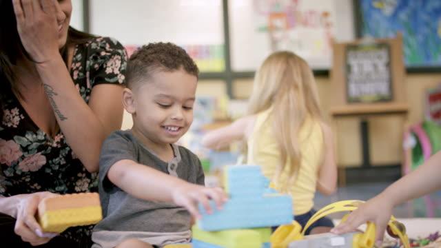 vidéos et rushes de étudiants préscolaires dans la garderie - enfant d'âge pré scolaire