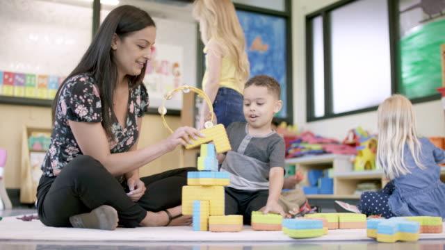 stockvideo's en b-roll-footage met voorschoolse studenten in kinderdagverblijf - peuterklasleeftijd