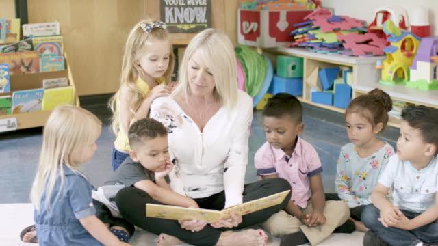 studenti in età prescolare in asilo nido - tappeto video stock e b–roll