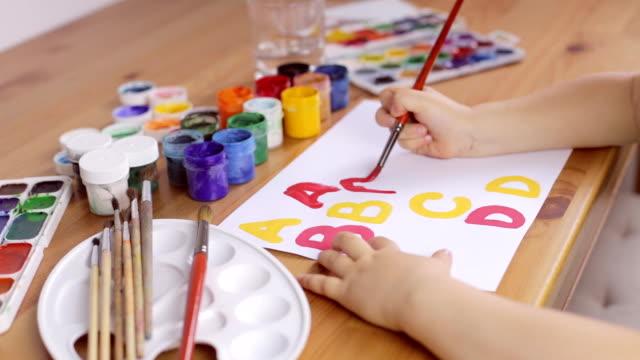 vídeos de stock, filmes e b-roll de pré-escolar aprenda a escrever cartas. conceito de educação - arte e artesanato assunto