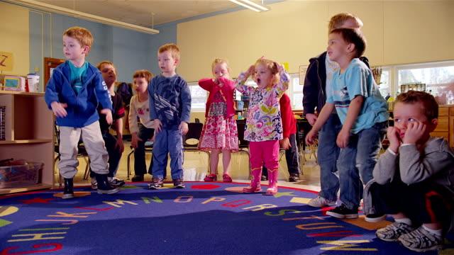 vídeos y material grabado en eventos de stock de preschoolers do a dance - escuela preescolar