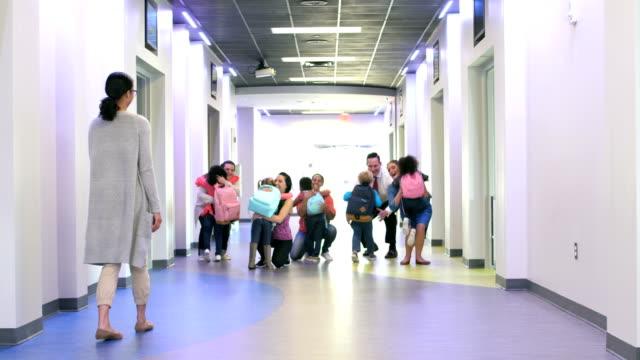 幼児の両親に向かって走って廊下に - 託児施設点の映像素材/bロール