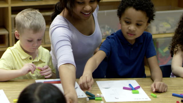 Preschoolers mientras en cuidados diurnos para el aprendizaje. - vídeo